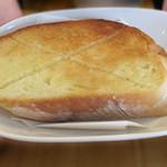 ベーカリーハカタ - 通常は、こんな風にスライス&軽くトーストされて供されます。