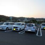 A-Zスーパーセンター フードコート・レストラン - 駐車場の様子