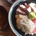 まぐろや 柳橋 - 三色丼、まぐろ・ホタテ貝柱・タコの三種にシラストッピング1,000円+200円