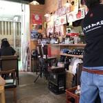 まぐろや 柳橋 - お店の厨房とメニュー