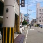 山為食堂 - 店のある通り