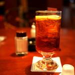 コーヒー ロード - レトロなグラスのアイスレモンティー。