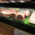 治郎丸 - ショーケースの肉