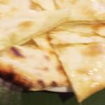 マドラスキッチン - チーズナン
