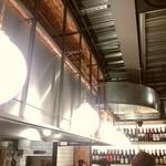 串焼き&ワイン BRANCH - 天井が高くお洒落な空間