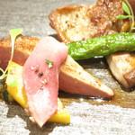 72108032 - フランスランド産ピジョンラミエのロースト 椎茸と夏野菜 ブラックオリーブのタプナード乗せ