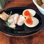 千思萬考 - 別皿で、鶏チャーシュー。煮卵。