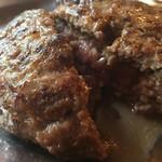 レンガ屋 - 料理写真:レアで伊予牛の旨味が溢れています。自家製ミンチだそうです。
