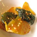 好吃餃子 - ツボ漬けとキュウリの漬物のチョイ中華風。