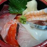 72121318 - 築地 魚一 西葛西店 7種の魚介類が盛り込まれる ランチ 海鮮丼