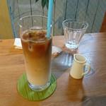 ソラ カフェ - アイスカフェラテ(プレートとセットのドリンク)