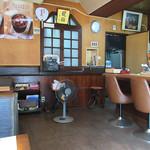 カフェ&バー 琥珀 - 店内はカウンター5席と4名テーブルが2卓