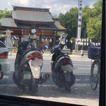 菊水茶廊 - 世界の車窓から、、、ではありませんw  楠公さんを望む。