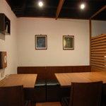 豊か - 店内奥のテーブル席