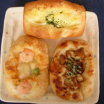ベーカリールーチェ - 上から時計回りにベーコンダイスチーズ、照り焼きチキンマヨ、アボカドとエビのパン。