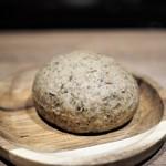 エッグ - マジョラムとキャラウエイシードのライ麦パン