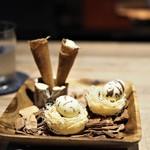 エッグ - 豚レバーパテ、トリュフとコンソメのジュレを詰めたコロネ フォアグラムースとチョコレートのエッグ