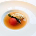 ウトコ オーベルジュ&スパ - トマトのコンポートと鰹のクネル 魚介のコンソメ仕立て