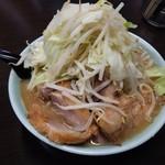 72139619 - ラーメン 小 ぶた入り 850円(野菜マシマシ、ニンニクヌキ)