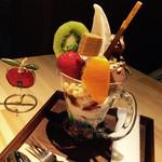 カフェ アグリーダック  - 生チョコケーキのパフェ 880円