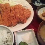 かつ波奈 - 熟成豚ジャンボロースカツ定食で豚汁でワカメ御飯