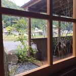 日和食堂 - 中から外を望む