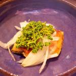 72149989 - 天然鰻と新玉葱。瑠璃色の器は、李寶那さん(美術家リー・ウーファン氏の娘さん)の作。