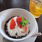 マイタイ - カオニャーダムは黒米とココナッツミルクのデザートです