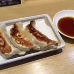 丸源ラーメン - 餃子3個と餃子のタレに「丸源商店 どろだれラー油」を入れたところ