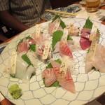 魚のまるた - 刺身は4人分の盛り合わせで、特にイワシはトロトロで絶品でしたよ。