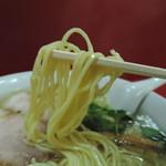 72159150 - 麺は平打ち中麺、中級加水率。  緩やかな縮れも入った麺線で、黄色っぽい。