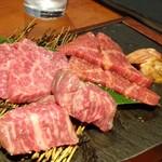 72164325 - *数種類の「赤身肉」と「ホルモン」が盛合されています。思ったより量がありますね。 丁寧に説明してくださったのですが、忘れました。m(__)m どのお肉も赤身らしい旨みを感じるそうですよ。