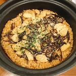 日本酒バル YODARE - ガッツリにんにく土鍋ごはん