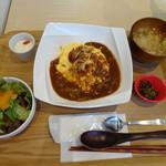 Kado-no-Casshiwa - こちらでは「鶏料理」を頂くべきなのでしょうけれど「オムカレー(850円)」に魅かれまして。(^^;) ◆オムカレー(850円)・・スープ・サラダ・高菜・杏仁豆腐などがセットになっています。