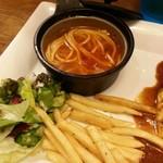 オムライスLABO - サラダとポテト、スープのアップ