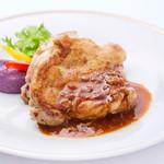 沖縄やんばる鶏骨付きモモ肉のグリル
