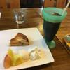 グリーンエッグ - 料理写真:桃とイチヂクのタルトとアイスコーヒー これで780円