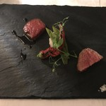 72179088 - 2種類のお肉の食べ比べ 鹿児島産和牛ランプと飛騨牛トモサンカクの炭火焼き 赤ワイン・ソース マルドン・ソルトと山葵