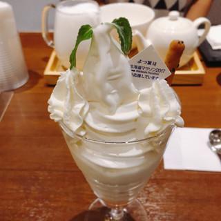 ミルク&パフェ よつ葉ホワイトコージ 札幌パセオ店 - よつ葉の白いパフェ @760円 奥に見ゆるはミルクティー、たっぷりフワフワエスプーマの牛乳がすごい!