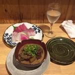 72185411 - 秋鹿 グラス(日本酒)+ 牛すじどて煮+おまかせ三種