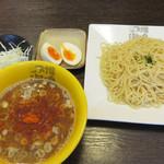 つけ麺 海鳴 - 烈火の辛魚介つけ麺 麺200g(半熟玉子) キャベツ付き 800円。