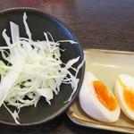 つけ麺 海鳴 - 千切りキャベツ・麺を200gにするとサービスで付いてくる半熟玉子。