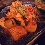 ホルモン焼肉 肉の大山 - キムチ盛り合わせ750円