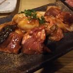 ホルモン焼肉 肉の大山 - ミックスホルモン880円