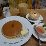 72187587 - ホットケーキに、フルーツ生クリーム白桃とフルーツサラダ