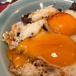 梁山泊 - 甘めのタレに卵を潰してあ〜たまらんわ、これ!焼豚も柔らかいこと!レンゲで切れます!