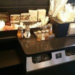 スターバックスコーヒー - コンディメントバーとごみ箱一体型