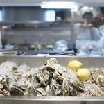 エミットフィッシュバー - カウンター前の牡蠣