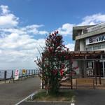 丸玉屋洋菓子店 - 駐車場から海とライブハウス。