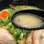 春日井ラーメン楽喜 - 塩とんこつスープ 少し粘度がありますが 臭みもなく 女性でも食べやすいスープだと思います